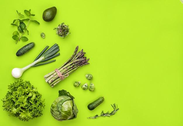 Concept de mise à plat de légumes verts sur fond vert