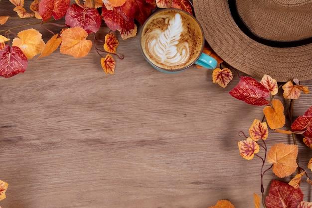 Concept de mode automne avec une tasse de café sur le bureau de travail
