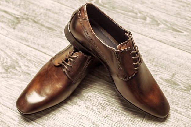 Concept de mode avec des chaussures hommes sur fond en bois