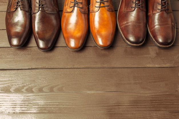 Concept de mode avec des chaussures pour hommes sur bois