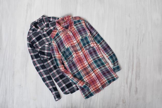 Concept à la mode. deux chemises à carreaux sur un bois. armoire féminine