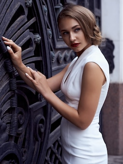 Concept de mode de rue: portrait complet du corps de la belle jeune femme marchant dans la ville.