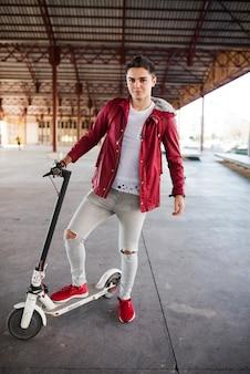 Concept de mode de vie d'adolescent avec scooter