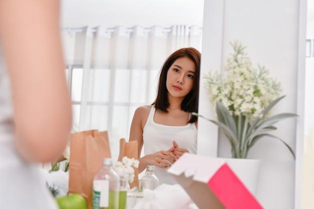Concept de mode de vie. belle femme se maquiller dans une chambre à coucher.