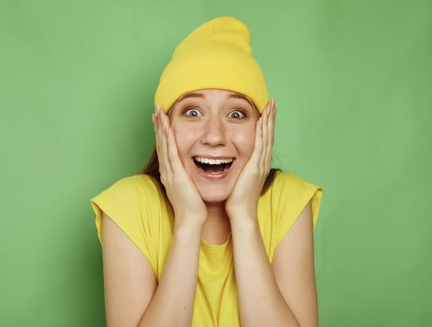 Concept de mode de vie, d'émotion et de personnes: close up portrait of female with oh my god, wow emotion expression.
