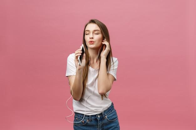 Concept de mode de vie. jeune femme, utilisation, téléphone, pour, écouter musique