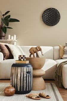 Concept moderne d'intérieur méditerranéen avec canapé design, tabouret en bois, table basse, oreiller, couverture, décoration, plantes et accessoires personnels dans un décor élégant.