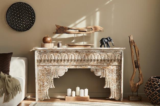 Concept moderne d'intérieur méditerranéen avec étagère design, tabouret en bois, peintures d'art, décoration, tapis et accessoires personnels dans un décor élégant.