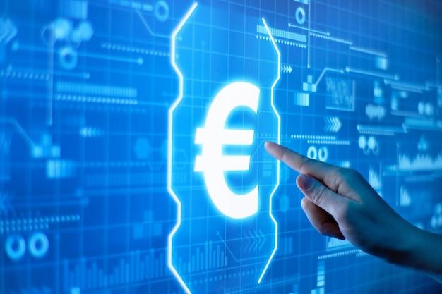Concept de monnaie euro avec doigt pointé vers elle