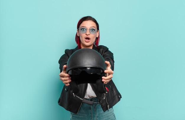Concept de motard femme cool cheveux roux