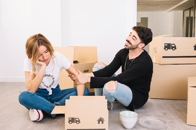 Concept en mouvement avec un couple s'ennuie