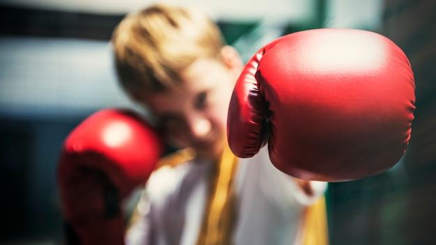 Concept de mouvement pour garçon formation boxe