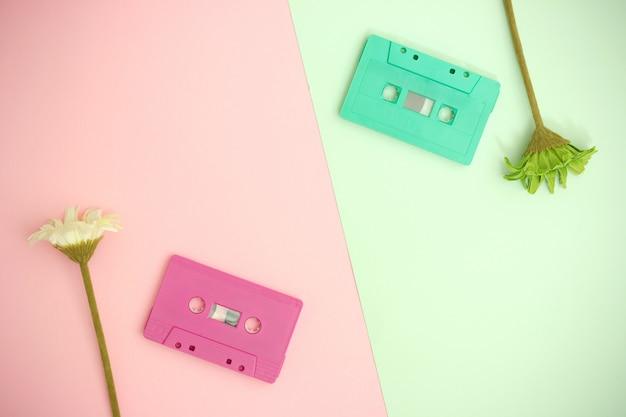 Concept de musique d'amour. fond de saint valentin avec cassette audio et fleur.
