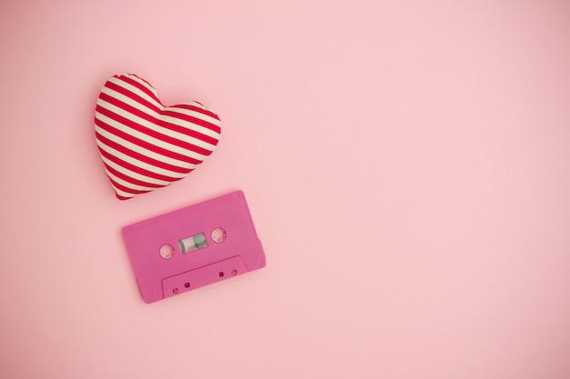 Concept de musique d'amour. fond de saint valentin avec cassette de bande audio et un coeur rouge.