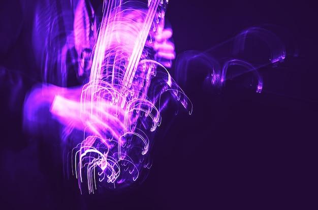 Concept de musique jazz. image floue de mouvement abstrait du joueur de saxophone jouant sur scène. le saxophoniste devient fou.