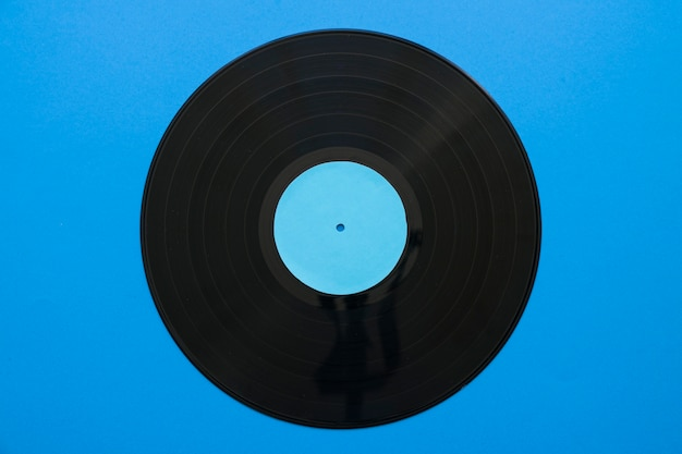 Concept de musique vintage avec du vinyle sur fond bleu