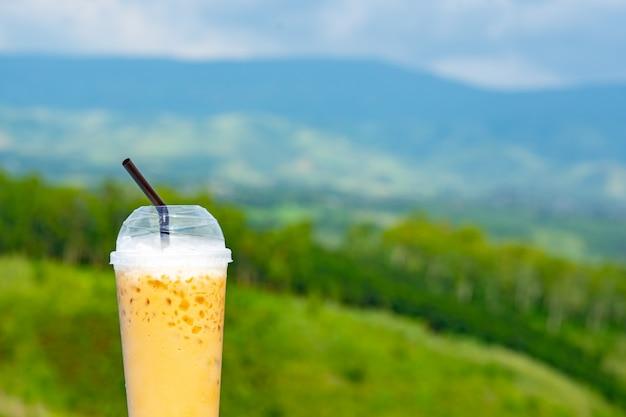 Concept nature café, café glacé sur la beauté de la montagne et le ciel vue floue