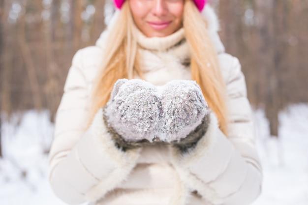 Concept de nature et de personnes - bouchent le portrait de jolie femme vêtue d'un chapeau rose.