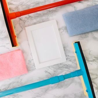 Concept de nettoyage domestique avec essuie-glaces et châssis