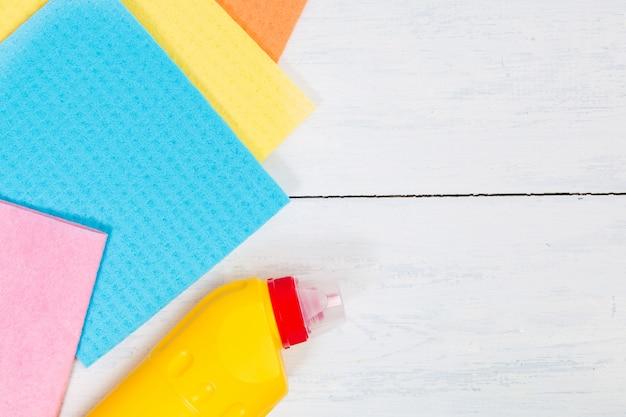 Concept de nettoyage avec espace de copie. ensemble de produits de nettoyage: éponge, serviette de table, bouteille de détergent liquide