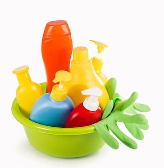 Concept - nettoyage de la maison. détergents, poudres à récurer, tampons à récurer et gants pour nettoyer la maison