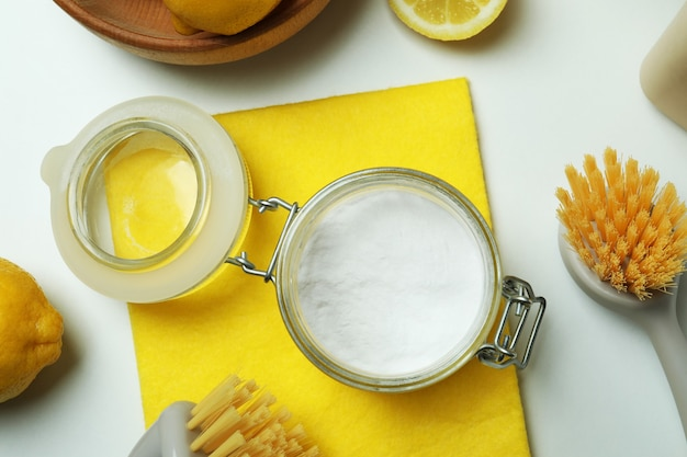 Concept de nettoyage avec des outils de nettoyage écologiques et des citrons sur fond blanc isolé