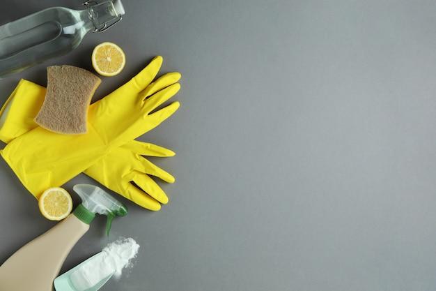 Concept de nettoyage avec des outils de nettoyage écologiques et des citrons sur fond isolé gris