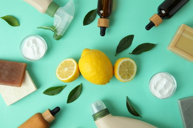 Concept de nettoyage avec des outils de nettoyage écologiques et des citrons sur fond isolé de menthe