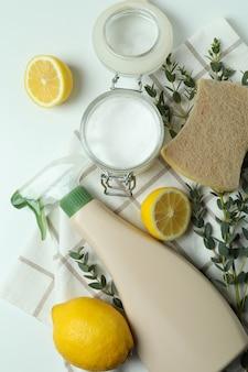 Concept de nettoyage avec des outils de nettoyage écologiques sur fond isolé blanc