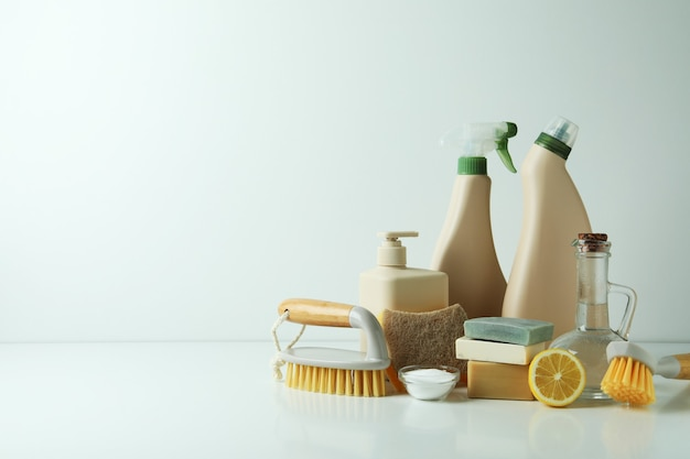Concept de nettoyage avec des outils de nettoyage écologiques sur tableau blanc