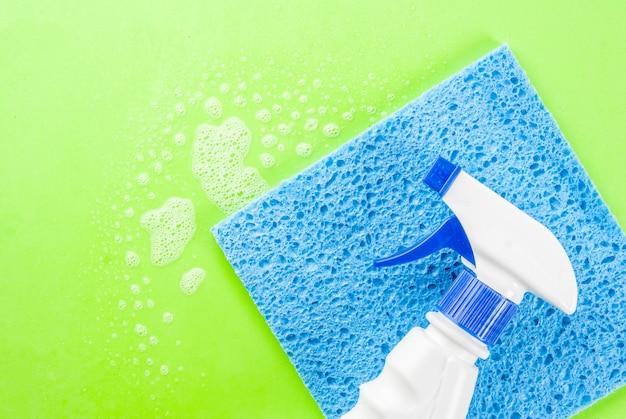 Concept de nettoyage de printemps spray de nettoyage, éponges avec mousse sur la surface verte copie espace