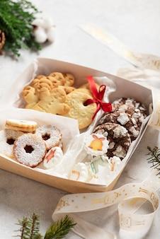 Concept de noël avec des biscuits faits à la main et boîte-cadeau, image de mise au point sélective