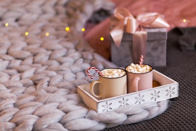 Concept de noël, café chaud ou cannes de bonbon au cacao et guimauves
