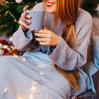 Concept de noël et du thé avec une jeune femme