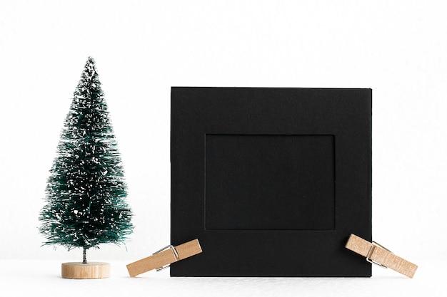 Concept de noël avec des espaces de copie de cadre photo et arbre pour le texte