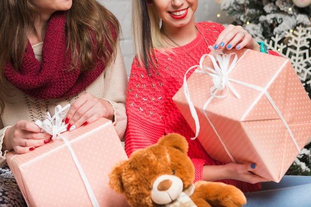 Concept de noël avec des filles présentant des cadeaux