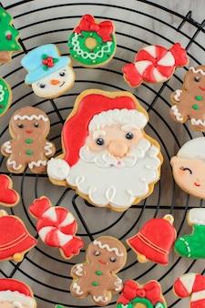 Concept de noël avec mise en page décoré composition de biscuits au sucre glace. vue de dessus
