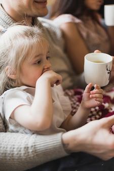 Concept de noël avec les parents et la fille