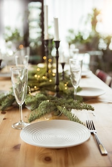 Concept de noël, vacances et repas - table servie pour un dîner de fête à la maison