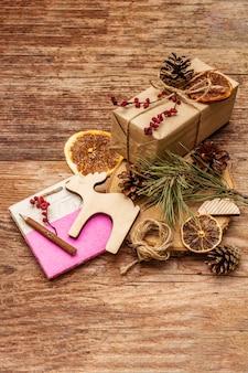 Concept de noël zéro déchet. emballage écologique du nouvel an. boîtes de fête en papier kraft et sacs avec différentes décorations organiques