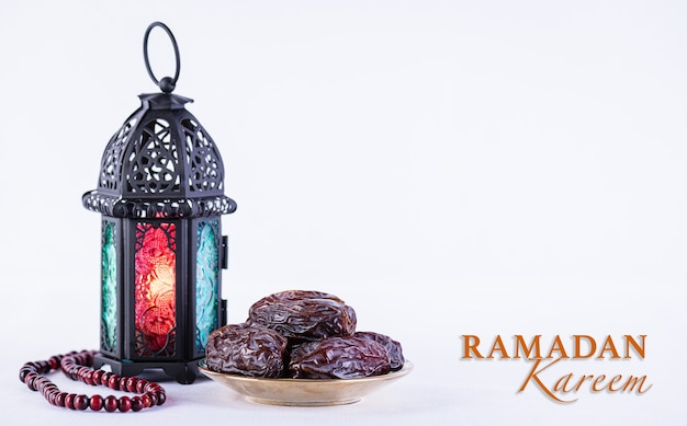 Concept de nourriture et de boissons du ramadan chapelet en bois de lampe arabe du ramadan et fruits de dates