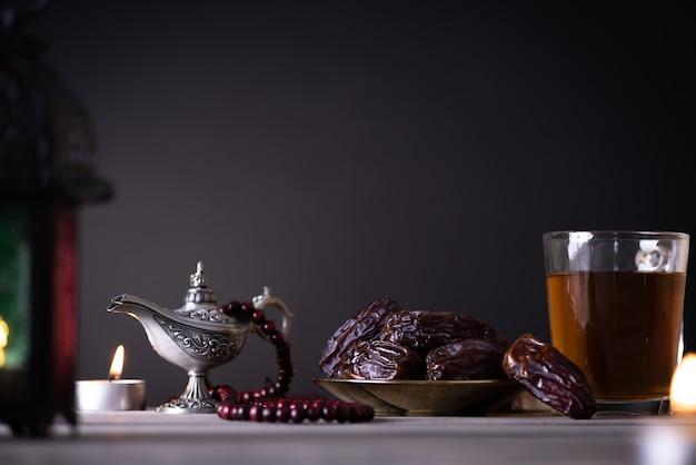 Concept de nourriture et de boissons du ramadan. lanterne ramadan avec lampe arabe