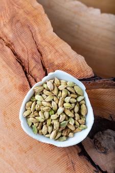 Concept de nourriture saine aroma spice cardamoms séchées sur fond de bois avec copie pour texte