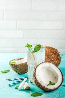 Concept de nourriture saine. eau de noix de coco biologique fraîche avec des noix de coco