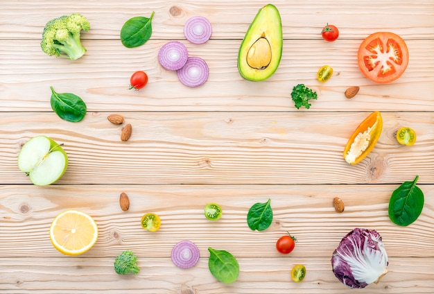 Concept de nourriture et de salade avec des matières premières à plat poser sur bois.