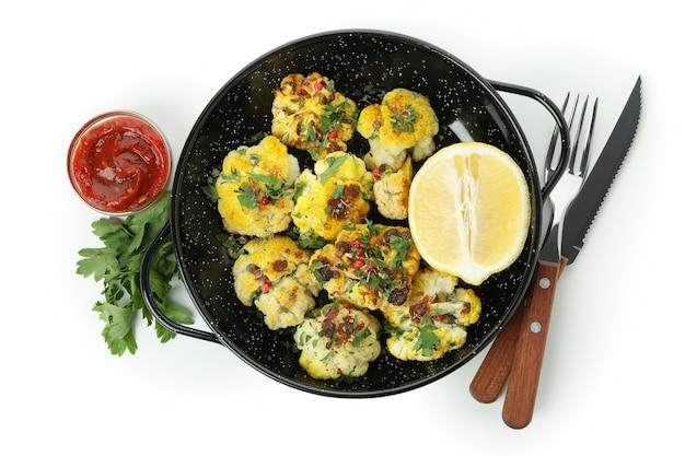Concept de nourriture savoureuse avec du chou-fleur cuit au four isolé sur fond blanc.