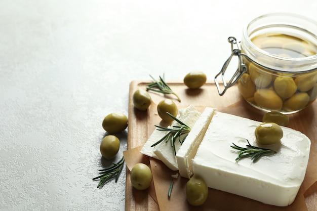 Concept de nourriture savoureuse avec du fromage feta sur blanc texturé