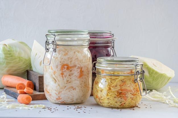 Concept de nourriture végétarienne conservée fermentée. bocaux en verre aigre chou choucroute