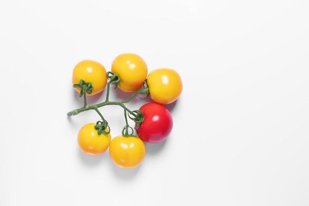 Concept, nous sommes différents, tomate créative, blanc