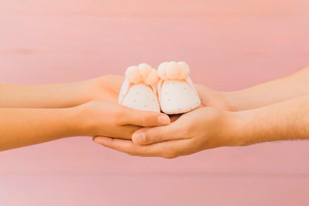 Concept nouveau-né avec les mains et les chaussures